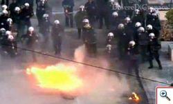 Grecia, scontri, bottiglie molotov e feriti davanti al Parlamento.